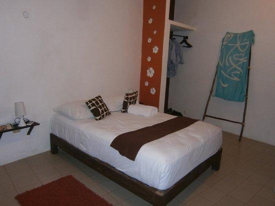 Secret Garden Hotel: derrière ce lit là il y avait des cheveux et des saletés