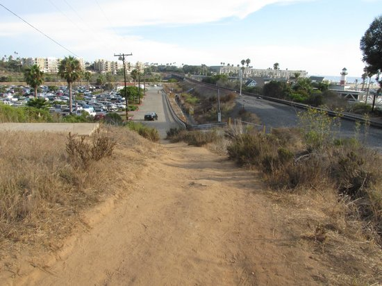 Days Inn Oceanside: Trail from the hotel going to the parking lot for the marina/beach