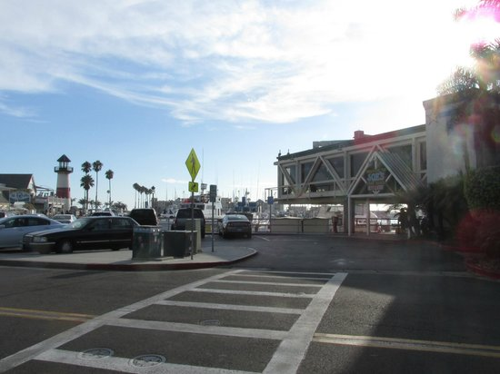 Days Inn Oceanside: After going thru pedestrian tunnel it takes you to Joe's Crab Shack