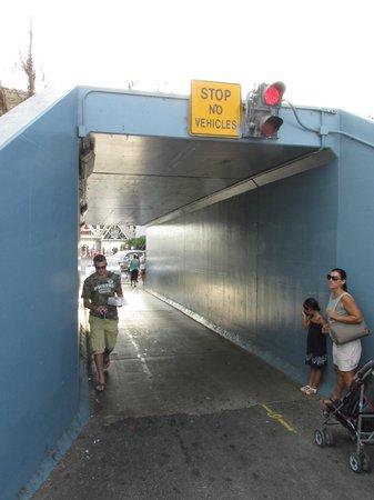 Days Inn Oceanside: The pedestrian tunnel under the railroad tracks