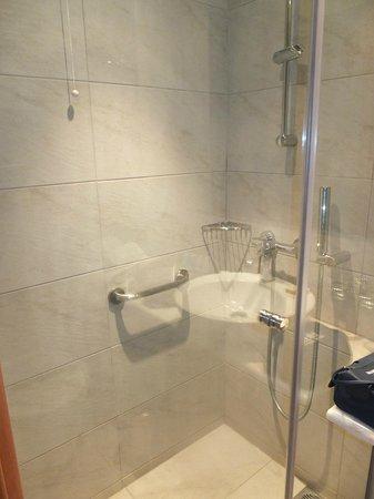 Plaka Hotel: Baño