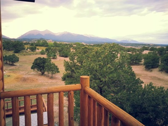Mountain Goat Lodge: Balcony view.