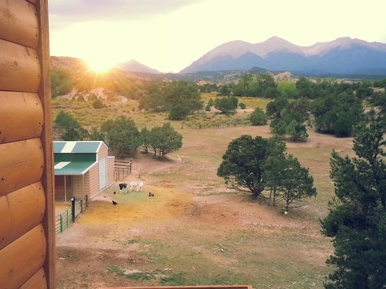 Mountain Goat Lodge: View from balcony, sunset.