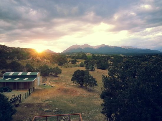 Mountain Goat Lodge: Sunset from our room balcony.