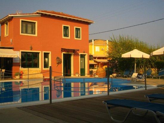 Alkyon Apartments & Villas Hotel: Reception/Bar and pool