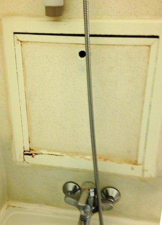 Ibis Arras Centre Les Places: joints et peinture a refaire d'urgence dans la salle de bains