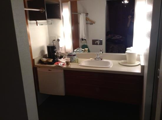 Paul's Motor Inn: bathroom, very cute & 70s style --toilet and shower separated on the right