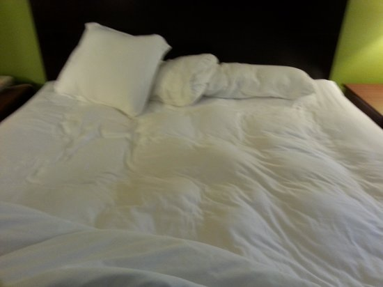 Country Inn & Suites By Carlson, Cedar Rapids North: Lumpy mattress left for their guest to sleep in
