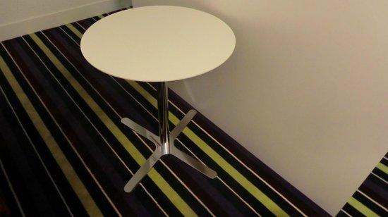 Mercure Nice Promenade des Anglais: Tisch ohne (!!) Stühle im Zimmer