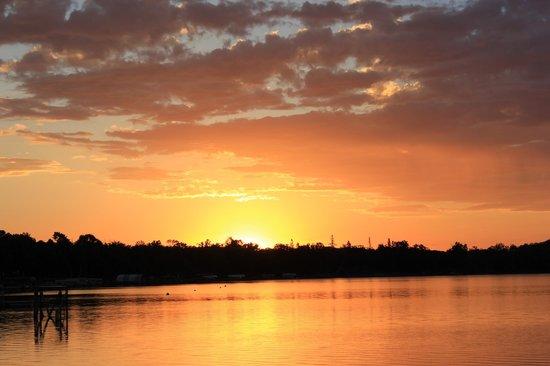 Fair Hills Resort : Sunset over the lake