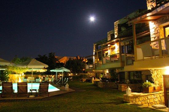 ENALIO Suites: Hotelansicht bei Nacht