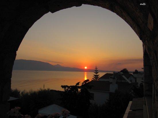 ENALIO Suites: Sonnenaufgang vom Balkon der Suite