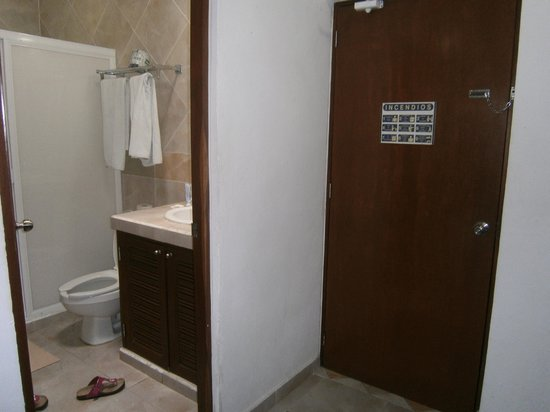 Hotel Plaza Almendros: salle de bain
