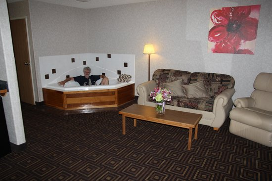 Red Sands Hotel: Sofa, chair and jacuzzi!!