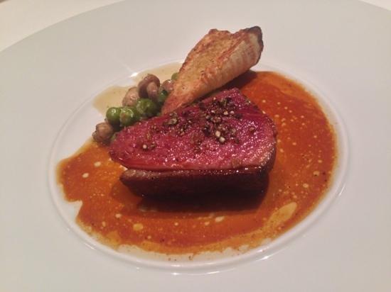 Les Chanterelles, シャラン鴨と筍のロースト ムースロンサンジョルジュとグリーンピースの煮込み添え