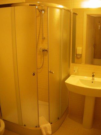 Raziotel Kyiv: The bathroom
