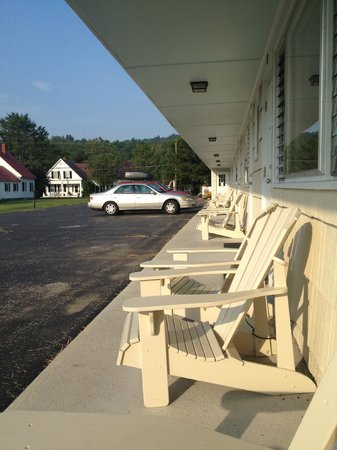 Gale River Motel and Cottages: Looooove those Adirondacks!