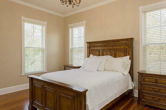 Red Velvet Inn: Flynn's room