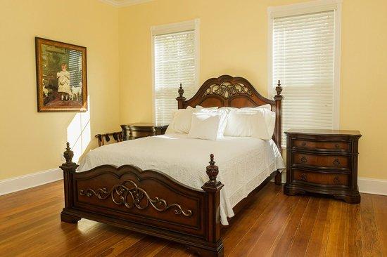 Red Velvet Inn: Willie's room