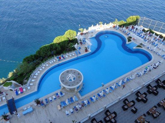 Korumar Hotel De Luxe : La piscine vue de notre chambre