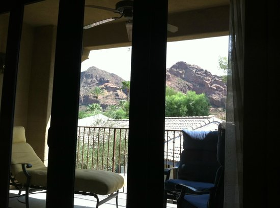 Omni Scottsdale Resort & Spa at Montelucia: View of Camelback Mountain from the Bed