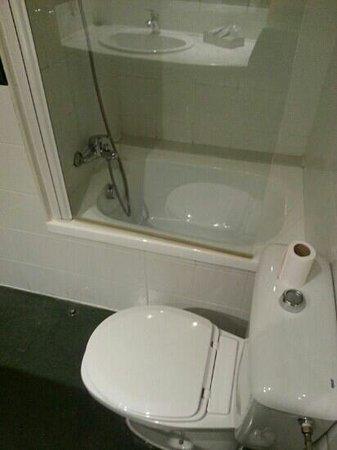 Hotel Zenit Calahorra: mini bañera con acceso por encima del wc