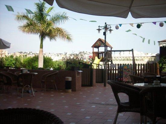 Hotel Victoria Playa: bar cafeteria y zona de juego para niños