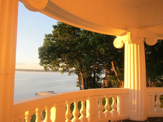 Angel Inn Bed & Breakfast: Sunrise on the upstairs rotunda/balcony.