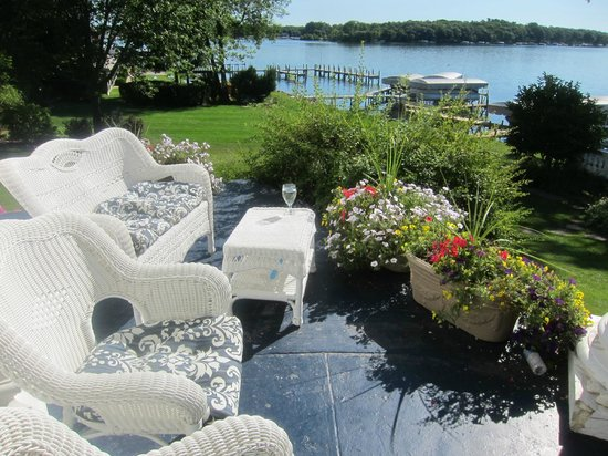 Angel Inn Bed & Breakfast: We savored a gourmet breakfast on the porch overlooking the lake.