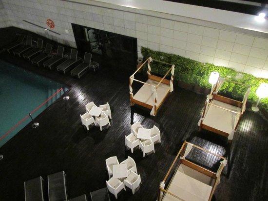 Hotel SB Icaria Barcelona: lettini e baldacchini vicino alla piscina