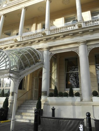 Thistle Hyde Park: L'ingresso dell'hotel