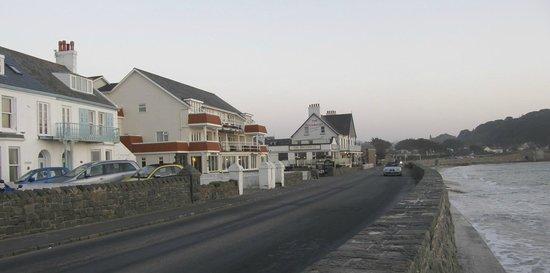 Cobo Bay Hotel: Tide in again