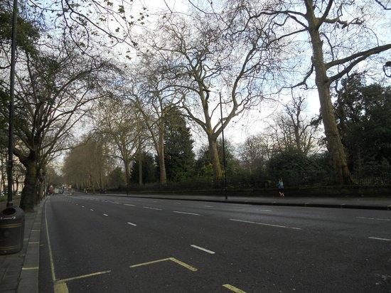 Thistle Hyde Park : Fermata Bus di fronte l'hotel e Hyde Park