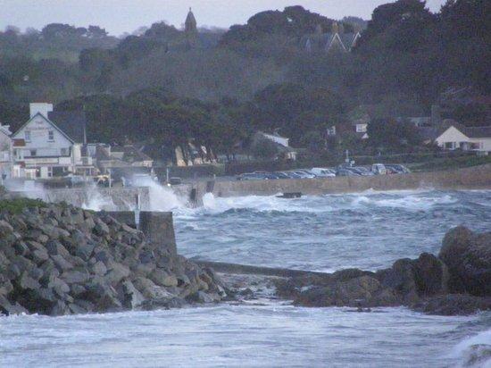 Cobo Bay Hotel: Spring tide