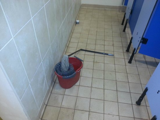 Beacon Hill Touring Park: mop to clean the showers