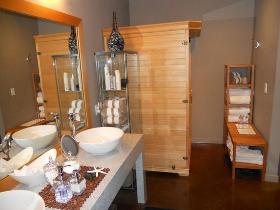 Mirror Mirror Salon & Spa : Spa Change Room, Shower Facilities and Infrared Sauna