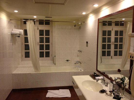 Vivanta by Taj - Ambassador, New Delhi: Bathroom