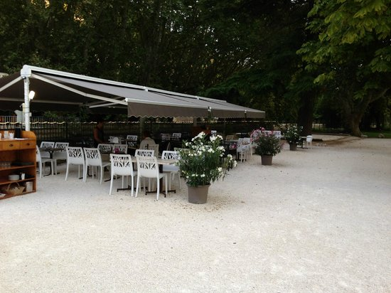 Hotel Restaurant du Parc: Pour un bon déjeuner dans le parc au bord de la Sorgue