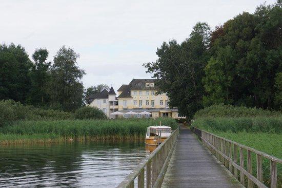 Strandhotel Plau am See: zicht op hotel vanop de pier