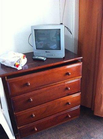 Nevada Jacarei Praia Hotel: Cômoda e televisão