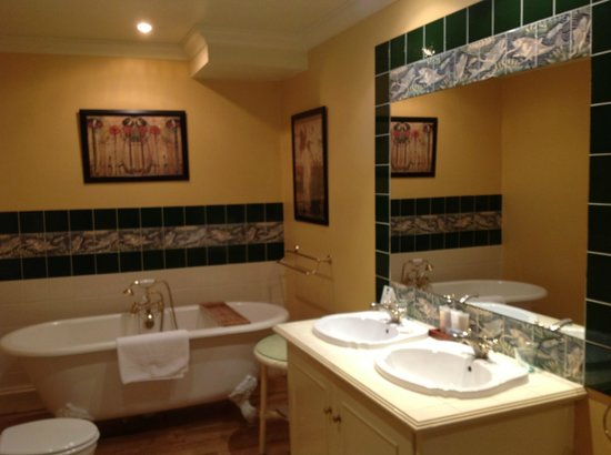 The Orestone Manor : The bathroom ensuite