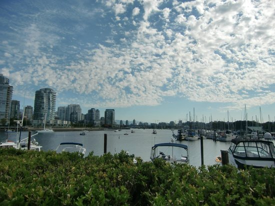 Granville Island Hotel: This is the beautiful view from the Dockside Restaurant on the ground.