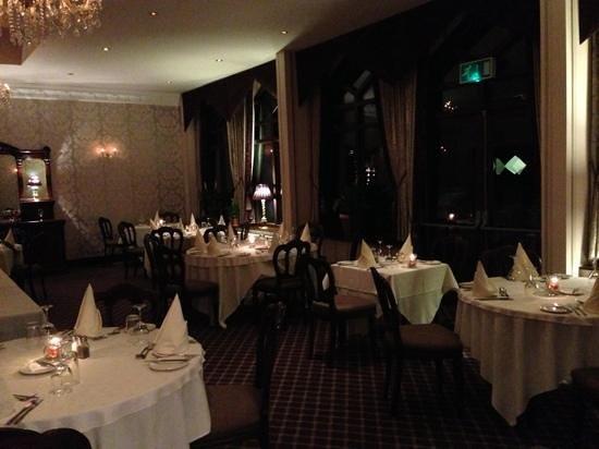 Oakwood Hall Hotel: Restaurant at night