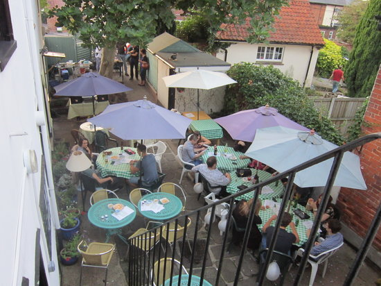 Laliy Restaurant & Tea Gardens: Garden Courtyard