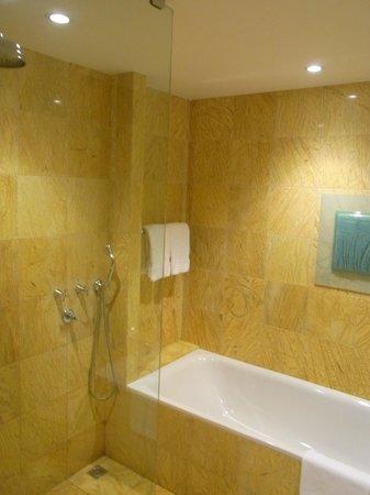 Regent Warsaw Hotel: a bathroom