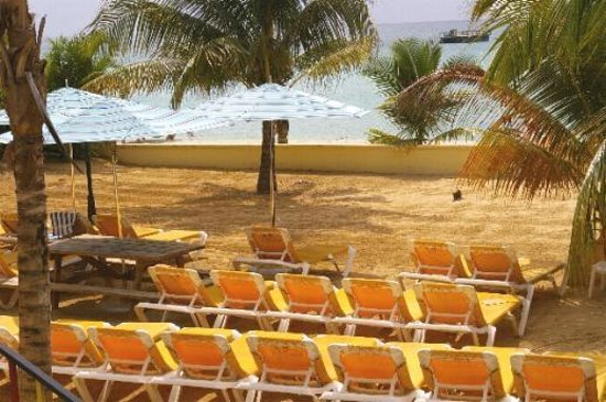 SuperClubs Rooms on the Beach Negril: wall which divides the beach - great idea!