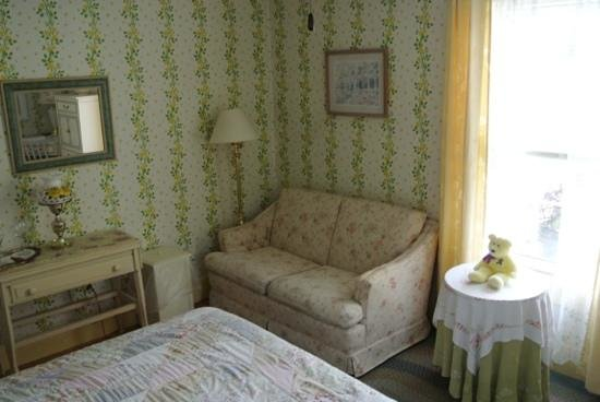 Red Sleigh Inn: Yellow Room sitting area