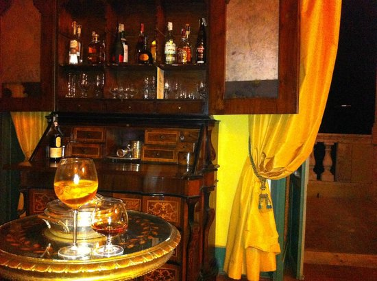 Villa Milani - Residenza d'epoca: Having some delicious drinks in the lounge