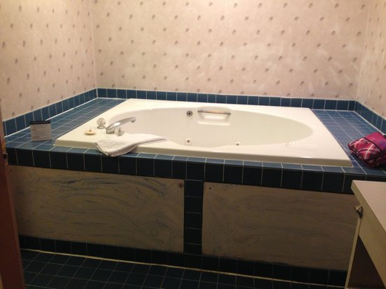 Howard Johnson Express Inn - Blackwood: A spacious hot tub made for some relaxing baths