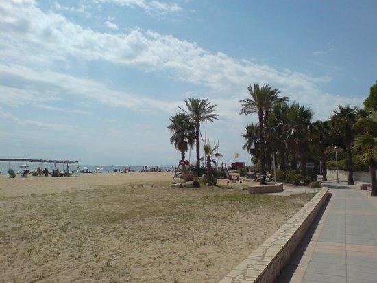 Esmeralda Apartments: Пляж напротив отеля, ид в сторону Камбрилса